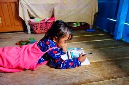 La petite Intan qui dessine sa maison sur l'eau
