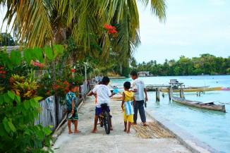 Les petits pêcheurs du village